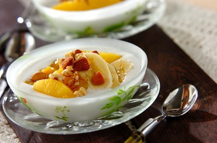 ヨーグルトにココナッツミルクとフルーツを合わせて南国風にアレンジ。甘味づけに砂糖を入れるときはココナッツミルクに溶かすと混ざりやすくなりますよ。