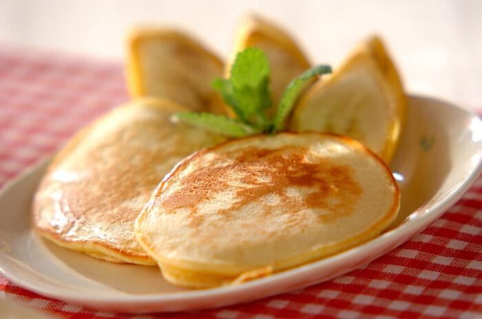 ホットケーキミックスを使ったお手軽レシピ。焼くことでいっそうココナッツの香りが広がります。ココナッツと相性のいいバナナを添えて召し上がれ。