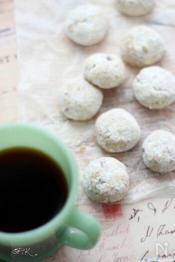 胡桃の香ばしさと、ココナッツの甘い香りが魅力的なクッキー。オイルで作るのでサクサクと軽い口当たりです。ポロポロの生地ですが、ギュッとしっかり握ることで形作れます。