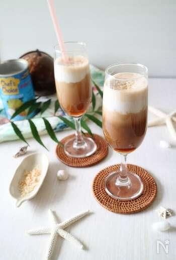 ココナッツミルクの甘い香りとローストしたナッツの香ばしさがアクセントのミルクコーヒー。ココナッツミルクはミルクフォーマーで泡立てるとよりまろやかな口当たりに。
