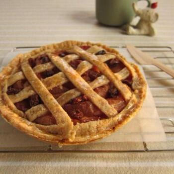 リンゴをじっくり煮て甘みを出し、砂糖とバターを使わずヘルシーにアレンジしたレシピです。全粒粉を生地にミックスしているためザクザクとした食感で、仕上げにメープルシロップを塗って焼くことできれいな照りとほどよい甘さがプラスされます。