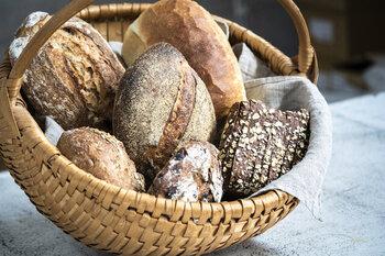 北欧やヨーロッパで親しまれている黒パンやライ麦パンは、シンプルにバターを塗ってもサンドイッチにしても美味しい!素材の美味しさが詰まったパンを、ぜひおうちでご堪能ください。