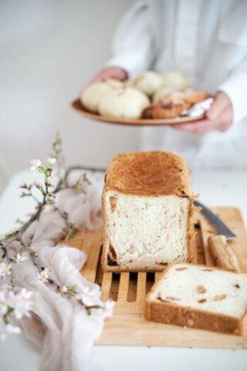 そんな「ふじ森」の春の訪れを感じさせる、桜の食パンはいかがですか?優しい甘さの桜あんと桜の葉を練り込み、甘じょっぱさを叶えた味わい深い一品です。