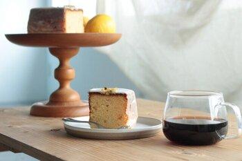 「タビノネ」は、コーヒーや焼き菓子などを手掛けている京都にある珈琲店。そんなタビノネが作る、フランス菓子のしっとりとしたバターケーキ。生地に練り込まれたレモンピールとレモンのアイシングが、美味しさをさらに引き立たせています。コーヒーにぴったりな焼き菓子です。