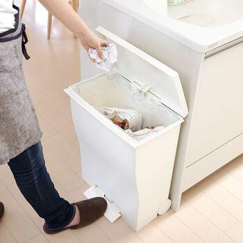 ⼤量のゴミに対応しやすい⼤きめサイズがあれば安心と思いがちですが…「ゴミをまとめたゴミ袋が重い」「ゴミの⽇にまとめると袋の容量が余っていてもったいない」ことがプチストレスに。 とりわけ、キッチン用は大きな負担になりやすいです。  ゴミ箱を⼩さな容量にしたほうが、もっと使い勝手がよくなるかもしれません。