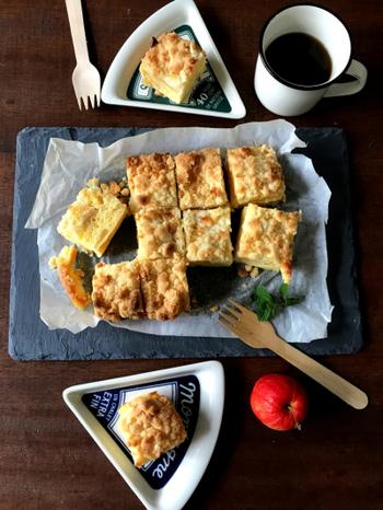 オーブントースターで簡単に作れる、サクサクのクランブルをたっぷり乗せたアップルクランブルのレシピです。ケーキ生地はサラダ油を使用しているため甘さが抑えられており、あっさりと食べやすい風味に仕上がっています。