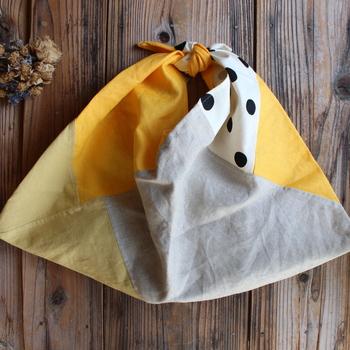 リネンとハーフリネンの布地を使ったパッチワークのあずま袋です。  サブバッグとして使ったり、バッグインバッグとしても使えるあずま袋。薄手であることがメリットのひとつなので、1枚仕立てで作るといいですね。  白地に黒い水玉の布をアクセントに。雰囲気の違う布地を1枚入れると、全体がきゅっと引き締まります。