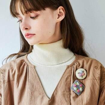 シンプルなウェアの胸元に。刺繍ブローチをつければ、個性的な衣装に早変わりです。