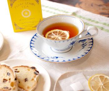 広島県・瀬戸田町で作られたレモンのスライスと紅茶バッグをセットした「光浦醸造」のレモンティー。本格的なレモンティーを楽しんで欲しいという願いを感じることができる素敵な一杯です。宮崎県産の茶葉を使用した深い味わいも魅力的。