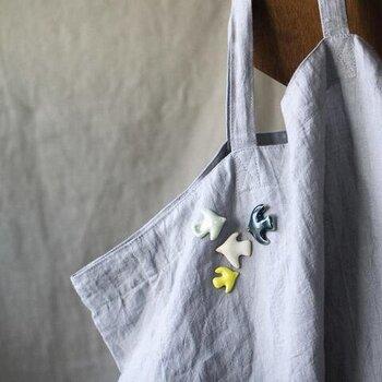 バッグも色々ありますが、ブローチが似合うのはシンプルなトートバッグではないでしょうか。手づくりの刺繍ブローチをひとつつけるだけで、一気にお気に入りのバッグになりそうです。