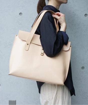 普段使いはもちろん、お仕事用にも◎なA4サイブのバッグ。使っていくうちに風合いの変化を楽しめます。男女で使用可能なデザインも魅力です。