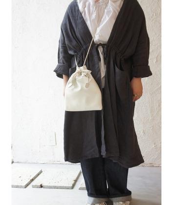 イタリアのビッグタンナー、マストロット社の牛革を使用したバッグ。ショルダーを取り外せば、手持ちの巾着バッグに早変わり。2WAY仕様なのでいろいろなコーデに合わせやすいですよ。