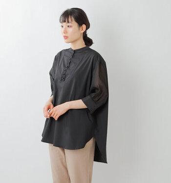 袖の部分にシアー素材を使った、異素材切り替えのバンドカラーシャツです。黒のシンプルなデザインに、透け感をプラスすることでトレンド感がグッと高まります。シワになりにくいイージーケア素材を採用しているので、自宅でのお手入れも簡単。カラーは、ブラックの他にホワイトも展開しています。