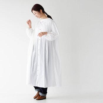 程よい透け感と、エアリー感たっぷりなワンピースです。ゆったりシルエットが特徴ですが、透け感でさりげなく体のシルエットがわかるので、着ぶくれして見える心配もありません。ワンピースとしてはもちろん、羽織りとしても活躍してくれる一枚。オフホワイト・ブラック・ライトグレー・プラム・スモーキーグリーンの5色展開です。
