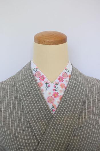 地味になってしまいがちな色無地や単色の着物の場合、華やかな刺繍の半襟がとっても映えます。着物と同系色の刺繍でまとめたり、ストーリーがあるものや動物など、襟から覗く何センチかで着物の「粋」を出すことができるのが半襟です。