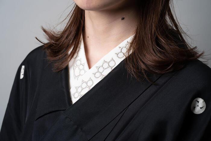 濃い色の着物は、半襟を変えるだけで、着物自体の表情がぐんと変わります。こちらの半襟はシルバーの刺繍糸のあしらいがかっこいいですね。