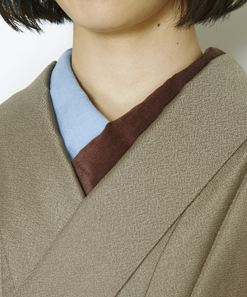 着物に合わせたバイカラーの素敵な半襟コーディネート。シンプルな色無地も、今風に演出できます。是非真似したい大人な着こなしです。