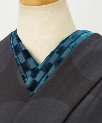 クールな黒の無地に、光沢のあるベロアの半襟を合わせれば、かっこいいスタイルに変身できますね。