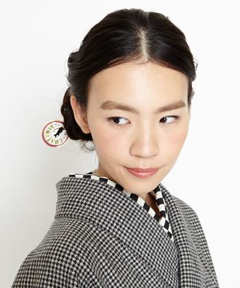 千鳥格子のモノトーンの着物に、大きめなブロックチェックのこれまたモノトーンの半襟を合わせた、とってもモダンなコーディネートです。柄on柄ですが、最初に取り入れやすいコーディネートです。
