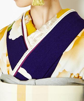 着物の柄と同じカラーリングの刺繍が施された半襟を合わせた素敵なコーディネートです。重ね襟にパールを合わせて、結婚式などのお呼ばれに是非参考にしたい晴れやかなコーディネートです。