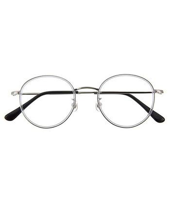 こちらは、グレー系の細めフレームが美しい、ボストン型のメガネ。  実は結構ビッグシェイプなデザインなのですが、軽量素材など、付け心地にこだわった工夫が随所に施されています。