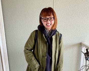 クラシックスタイルとして知られるボストン型のメガネ。シンプルなファッションにあわせると、かっこいいアクセントになってくれますね。
