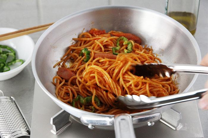 煮たり、蒸したりする料理が得意です。パスタなどの水分が多い料理に向いています。  油馴染みがあまりよくないので、ノンコーティングだと食材がくっつきやすく、初心者さんにはすこし扱いが難しいフライパンでもあります。