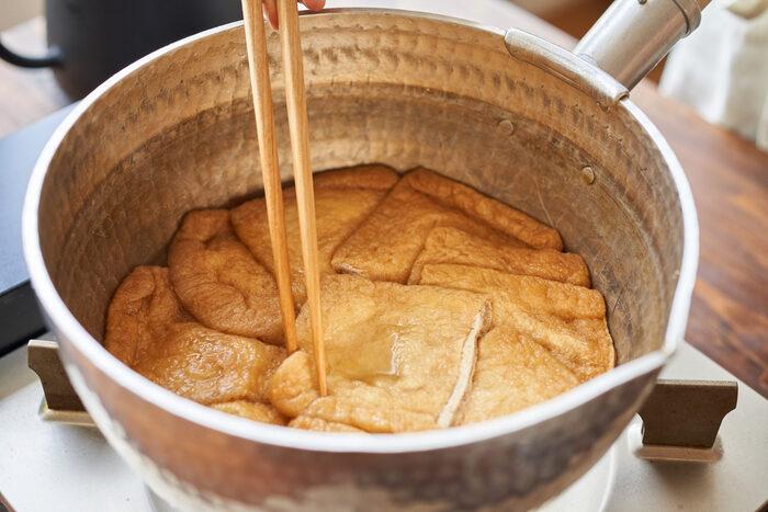 鍋におつゆの材料を入れて中火にかけ、煮たったら油揚げを入れる。落とし蓋をして弱火で20〜25分、汁気がなくなるまで煮、そのまま冷まします。