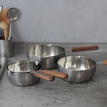 いなりずしをつくるとき、あると便利なのが雪平鍋。こちら「ambai(アンバイ)」の雪平鍋は、従来のイメージを覆すスタイリッシュさです。芯材は熱伝導に優れた純アルミニウム、外側にはIH加熱に適した18-Nbステンレスを使用し、焦げ付きや汚れが落ちやすい仕上げが施されています。