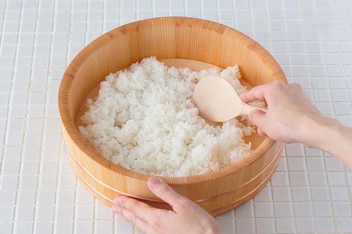 耐水性と耐酸性に優れた木曽さわらは、寿司飯づくりにも安心して使えます。炊きたてのご飯に寿司酢を回しかけて、ご飯をしゃもじで切るようにさっくりと混ぜれば、さわらが程よく水分を吸収。ご飯本来の甘味・旨味を引き出して、ツヤツヤの酢飯が出来上がります。