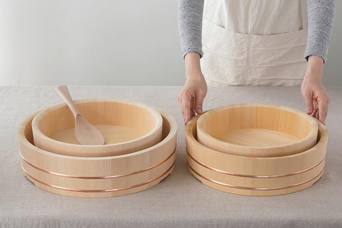酢飯をつくるとき、あるとうれしい「飯台」。こちら「東屋」の飯台は、樹齢百年を超える木曽さわらの真っすぐに通った木目「柾目(まさめ)」のみを使い、抗菌性のある銅の箍(たが)で全体を締めた本格的なつくり。