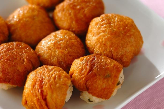 ひと口サイズの手まりいなり寿司。具に鮭フレークと大葉を加えて、食べ応えをアップさせます。