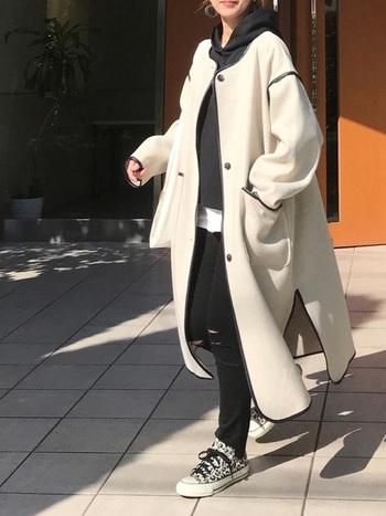 コート以外の上下を、単色やワントーンなど色数を抑えて統一感を持たせるのもポイントです。トレンドのビッグシルエットコートも、中をブラックで統一することで着膨れせずにすっきり見せることができます。