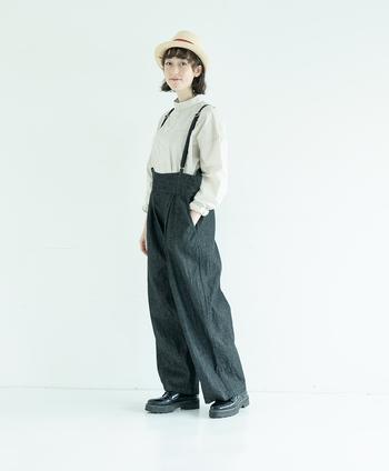 通年着られるシャツですが、この春ならブラックデニムのサロペットと合わせてかっこよく。端正な佇まいのバンドカラーは、マニッシュなスタイリングも相性よく決まります。ワイドシルエットのサロペットなので、身幅がたっぷりのシャツもぴったり。サスペンダーが全体を引き締めてくれます。