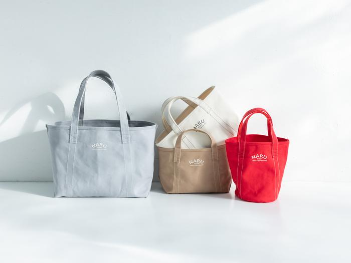 [左から]ビッグトートバッグ(グレー)、トートバッグ(ベージュ、生成り)、ミニトートバッグ(レッド)