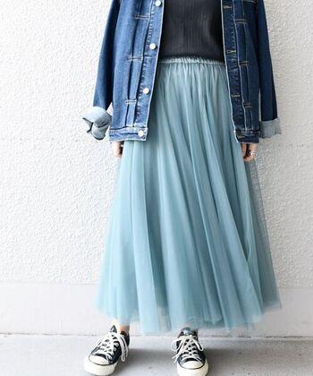 チュール生地をふんだんに使った、シアー素材のロングスカート。生地を多めに使っているため、穿くだけでふんわりと広がる女性らしいシルエットが楽しめます。一年を通して活躍してくれる、優秀ボトムス。カラーはライトブルー・ネイビー・ライトグレー・ダークグレー・ベージュの5色展開です。