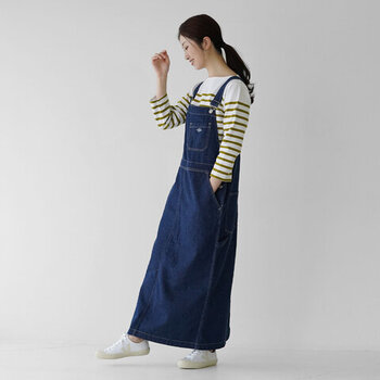 タイトシルエットのデニムサロペットスカートに、長袖のボーダートップスを合わせたコーディネートです。カーキカラーのボーダーをチョイスして、シンプルな中にも個性を演出。足元は白スニーカーで、爽やかなカジュアルコーデに仕上げています。