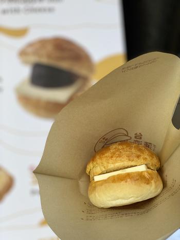 浅草にある「台湾菠蘿油(タイワン ボーローヨー)」。香港発祥の菠蘿油は、クッキー生地をのせたパンに、厚切りの加塩バターを挟んだボリューム満点の菓子パン。現在は台湾やマカオなどでも人気を集めています。  こちらの「チーズ菠蘿包」はモッツァレラチーズとチェダーチーズがたっぷり。本場の屋台気分でいただきましょう。