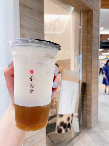 タピオカミルクティー発祥の店・春水堂プロデュースのティースタンド「TP TEA(ティーピーティー)」では、台湾初のティーラテを発売したことでも知られています。ニュウマン新宿店で1番人気の「鉄観音ラテ」は、すっきりとした鉄観音茶がしっかりと感じられ、リフレッシュにおすすめの一杯です。