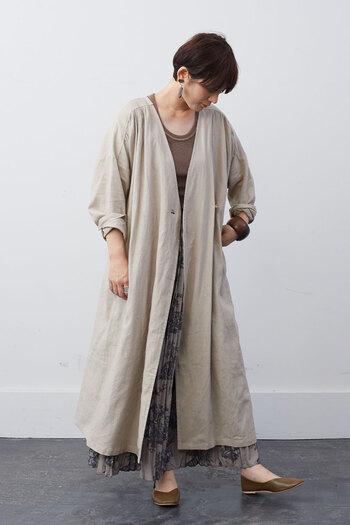 シンプルコーデやラフコーデに、ガウンを羽織るだけでトレンド感がグッと高まります。麻レーヨン素材の大人っぽさ抜群ガウンを羽織ればお出かけにもOKなおしゃれコーデに早変わり。ラフな部屋着に重ねても、サマになる万能な一着です。
