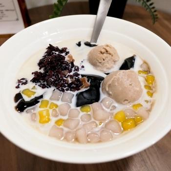 台湾の定番スイーツのひとつ「仙草ゼリー」が食べられるのが「台湾嫩仙草専門店 黒工号」です。台湾・台南にある本店は、地元の方が足繁く通う人気店。都内には新丸子や新高円寺などに店舗があります。  1番人気の「黒工1号」は、マッシュしたタロイモと黒米、小さくカットした芋園がトッピングされていますよ。
