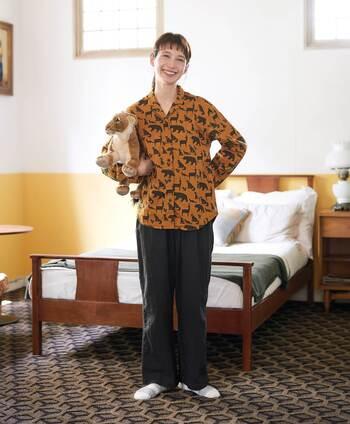 どうぶつをふんだんに描いた、キュートなパジャマです。ベージュカラーのトップスに無地のワイドパンツスタイルで、パジャマ見えしない点がポイント。ボトムスを変えれば、ちょっとしたお出かけや急な来客にもサッと対応できるデザインです。