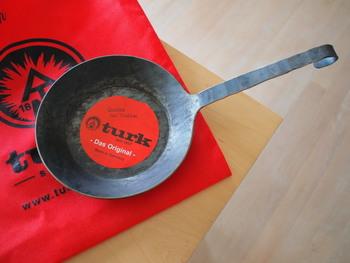 turk(ターク)「クラシック フライパン」のように、取っ手の先がくるっと曲がっている形状のフライパンであれば、穴がなくても吊り下げ収納ができますね。