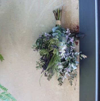 ドライフラワーを束ねたスワッグを、逆さまにして壁に飾るだけでも空間がグッとおしゃれになります。生花ではなくドライフラワーを使うことで、長期間飾ったままにしておけるのも魅力のひとつですよね。