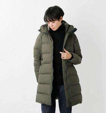 こちらはアメリカ発の人気アウトドアブランド、「THE NORTH FACE(ザ・ノースフェイス)」のおしゃれで機能的なダウンコート。表地には防水透湿性に優れたGORE-TEXを使用しているので、デイリーはもちろんのこと、旅行やアウトドアシーンにも最適な一着です。深みのある上品なオリーブ色はスカートやワンピースにも合わせやすいので、フェミニンなアイテムを組み合わせておしゃれなスポーツMIXスタイルも楽しめますよ。
