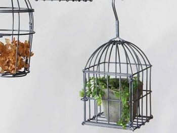 アンティークの鳥かごのような、レトロなデザインが素敵なハンギングワイヤーゲージ。植物や鉢植えを入れるだけでおしゃれなインテリアになります。室内だけでなく屋外にも◎  植木鉢だけでなく、フェイクグリーンを入れてもよさそうですね。