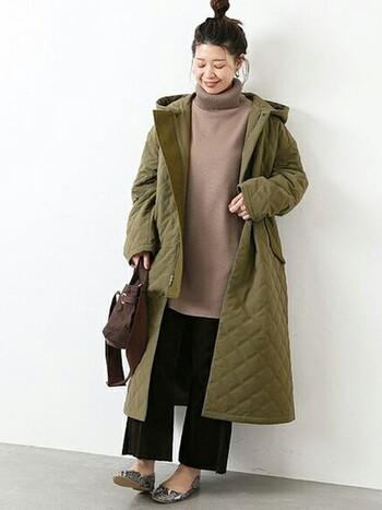 ベーシックなコーディネートに欠かせないキルティングコート。寒い真冬の時季は、膝下まですっぽり覆うロング丈のデザインがおすすめです。ポリエステルとコットン素材を使用したこちらのコートは、マットな質感と落ち着いたカーキ色が大人っぽい雰囲気。シンプルなデザインなので、オン・オフ様々なコーディネートに活躍してくれますよ。
