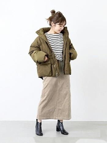 大人の女性に大人気の「JOURNAL STANDARD(ジャーナルスタンダード)」のショートダウンジャケット。渋く落ち着いたカーキ色と、丸みのあるコンパクトなシルエットが今年らしい印象です。ショート丈のダウンジャケットはパンツにもスカートにも合わせやすく、秋冬シーズンの様々なコーディネートに活躍してくれますよ。