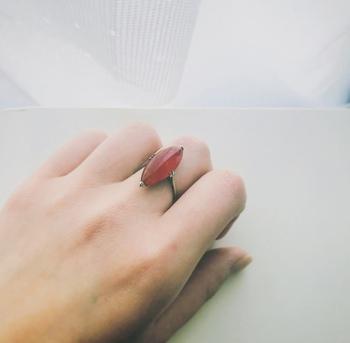 左手中指に指輪をすると、「協調性が高まる」と言われています。相手や周りの空気を察知する能力が上がり、円滑なコミュニケーションを図ることができるそうです。