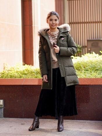 フランスのワークウェアブランド「DANTON(ダントン)」のダウンコートは、カーキ色よりも青みの強い、美しいオリーブ色が特徴です。華やかなファー付きのダウンコートは、ニットワンピースやスカートなどフェミニンなアイテムとも好相性。ヒップをすっぽりと覆う長めの着丈で、防寒性もバッチリです。